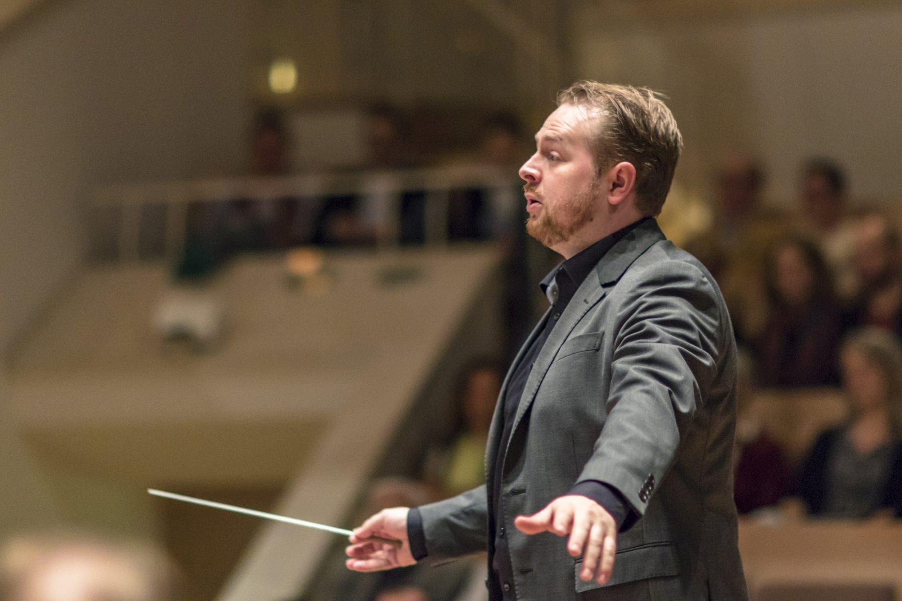 Dirigent Niklas Schluckebier leitet die Zentralkapelle Berlin in der Berliner Philharmonie