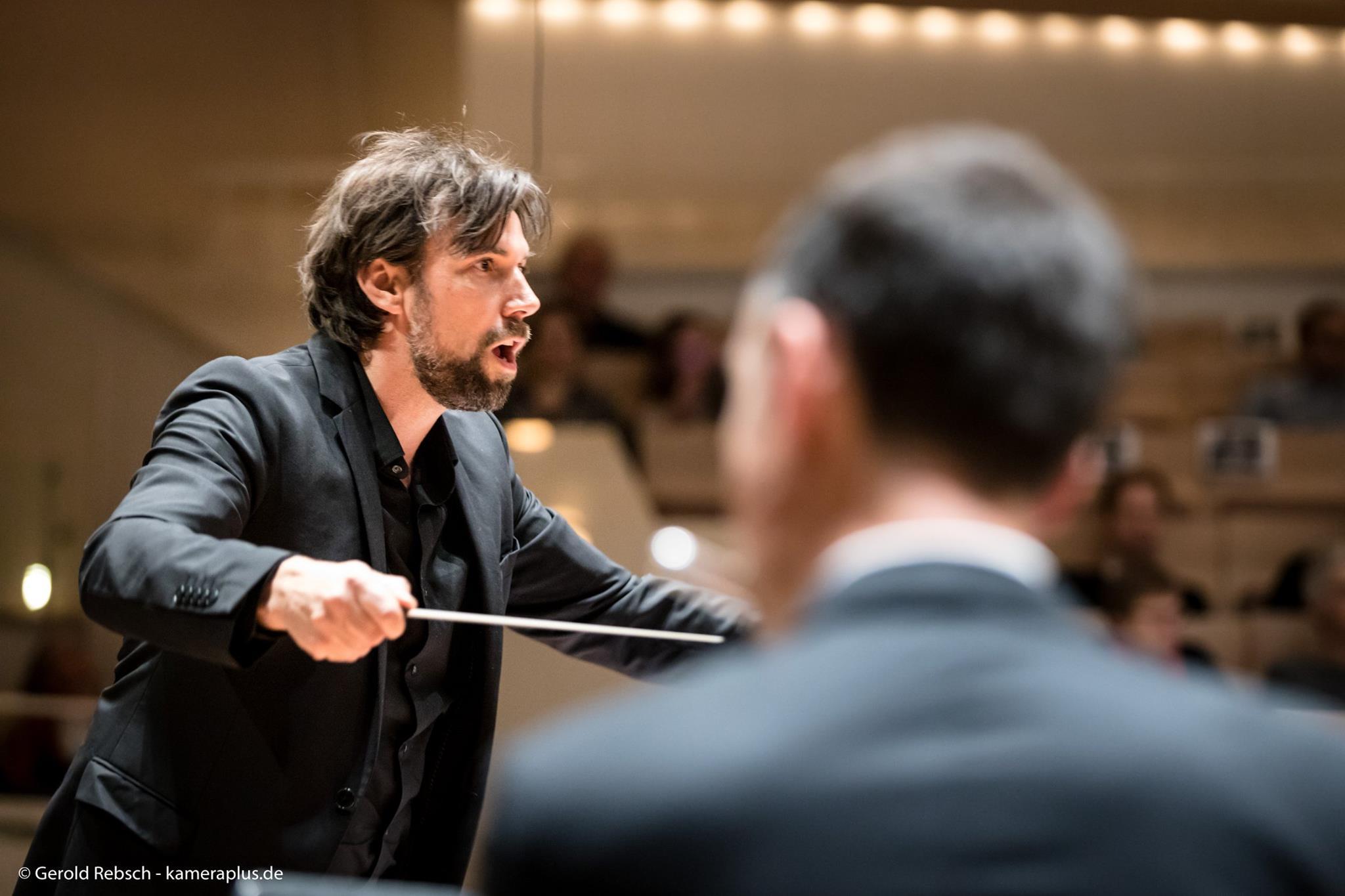 Dirigent Steffen Kepper leitet die Zentralkapelle Berlin in der Berliner Philharmonie