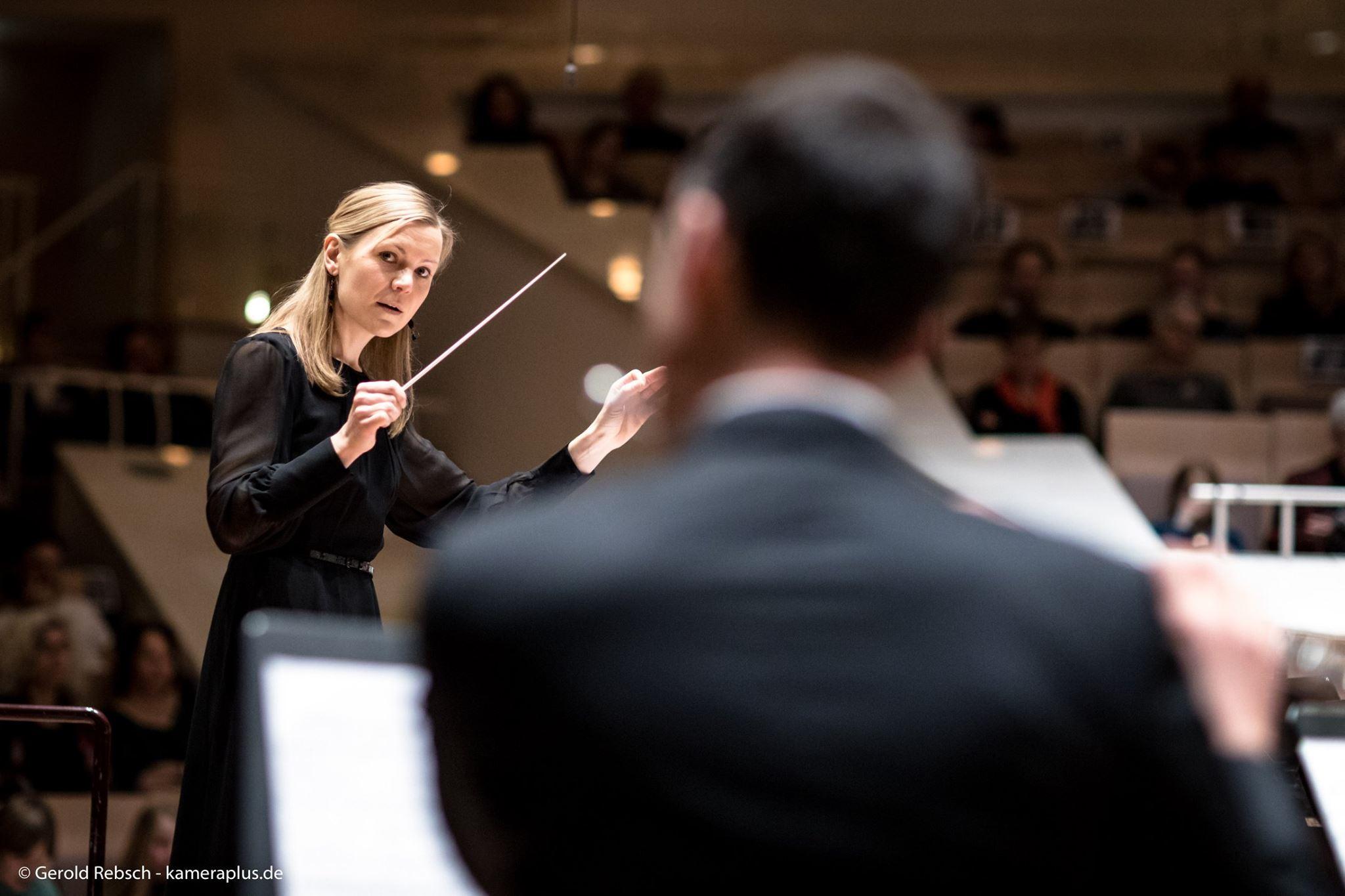 Dirigentin Juliana Kohl leitet die Zentralkapelle Berlin in der Berliner Philharmonie