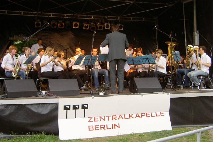 Zentralkapelle Berlin auf der Bühne am Orianenplatz beim MyFest 2004