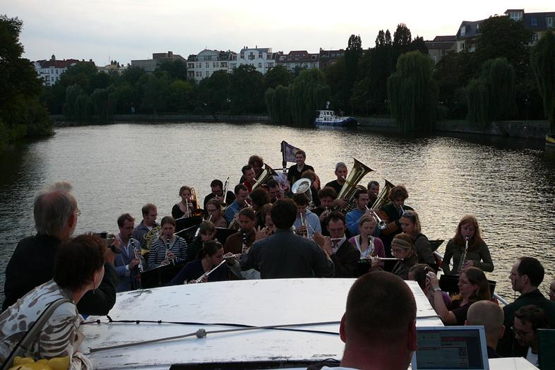 Zentralkapelle Berlin spielt an Bord der Viktoria auf der Spree