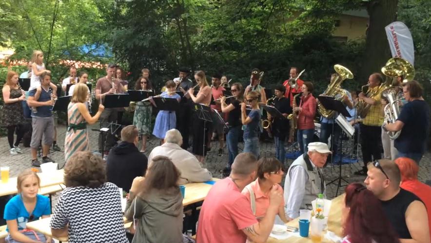 Zentralkapelle Berlin Blasorchester spielt beim Blumenfest Weissensee auf