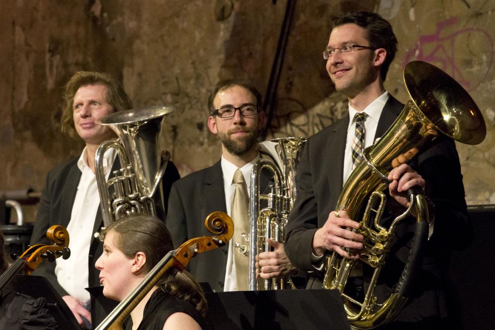 Die Tenorhörner und Euphonien der Zentralkapelle Berlin bei einem Sommerkonzert im Kesselhaus der Kulturbrauerei