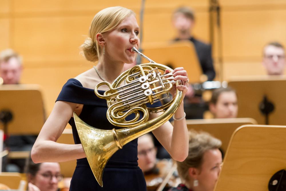 Solistin Manon Desvigne spielt Horn